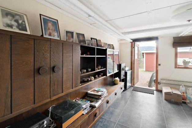 Stort arbetsrum i källaren med utgång till baksidan och garagen