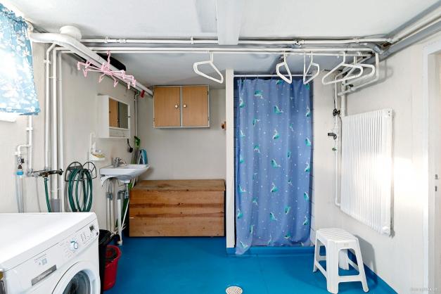 ...samt dusch, handfat och tvättmaskin
