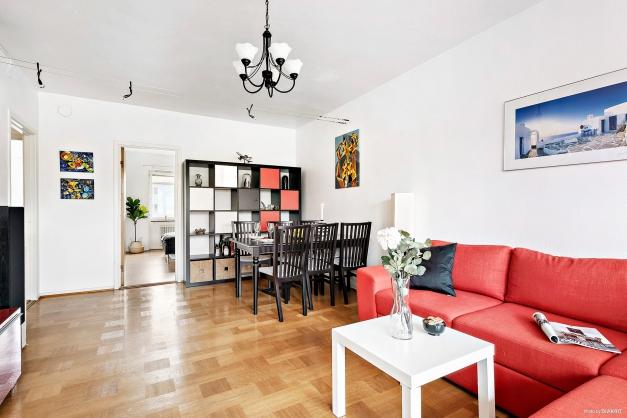 Vardagsrum i genomgående lägenhet