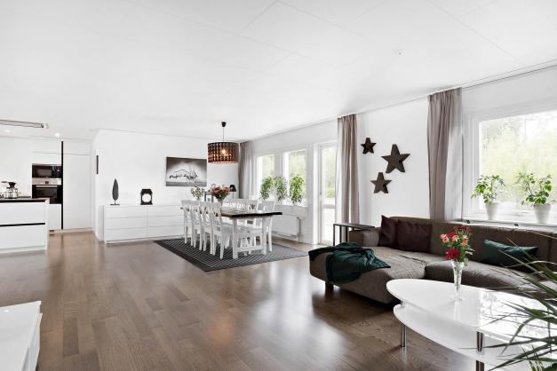 I det kombinerade köket/vardagsrummet finns plats för stort matsalsbord och fönstren ger rummet ett härligt ljusinsläpp