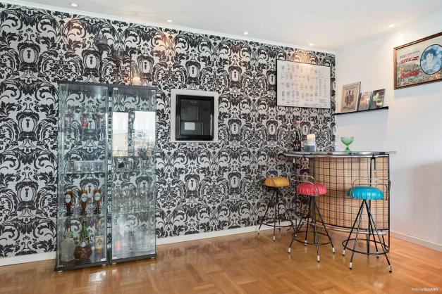 Vardagsrum med inbyggd vinkyl