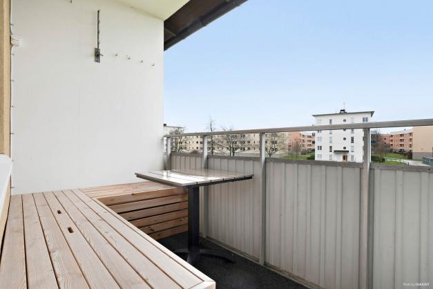 Balkong med platsbyggd soffa