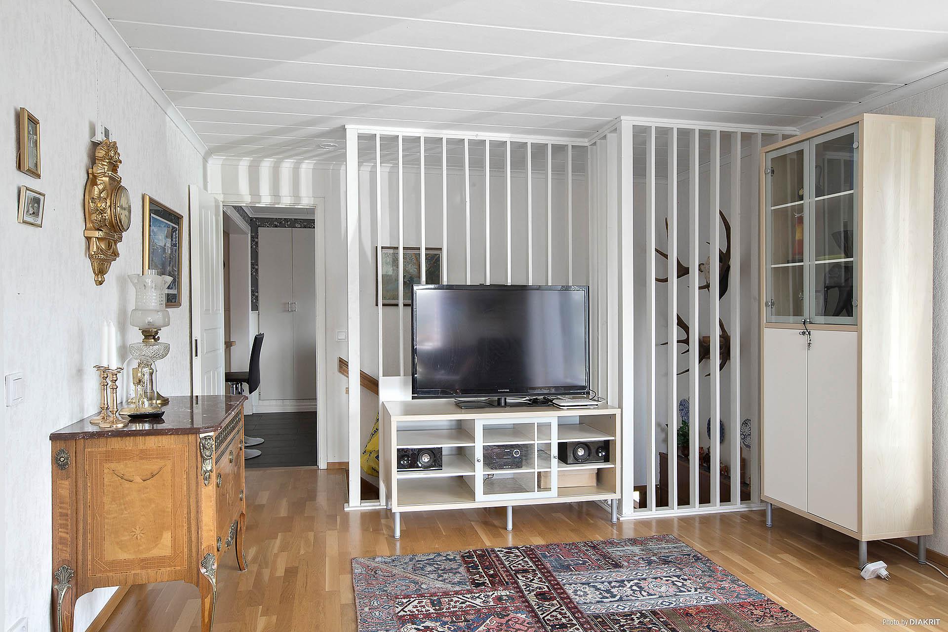 Vardagsrum med trappa till källarplan