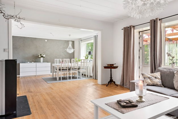 Vardagsrum och matsal med öppen planlösning.