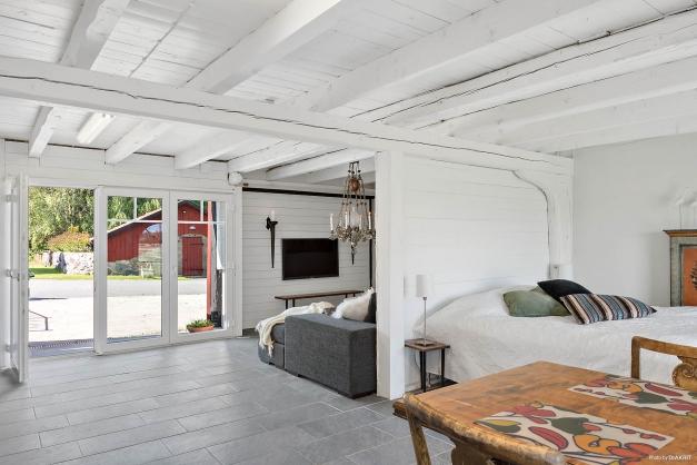 Studio/lägenhet: matplats samt avdelat för sov- resp soffgrupp.