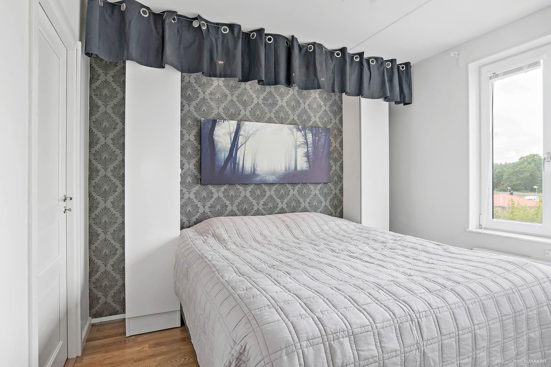 Sovrummet med dörr till klädkammare