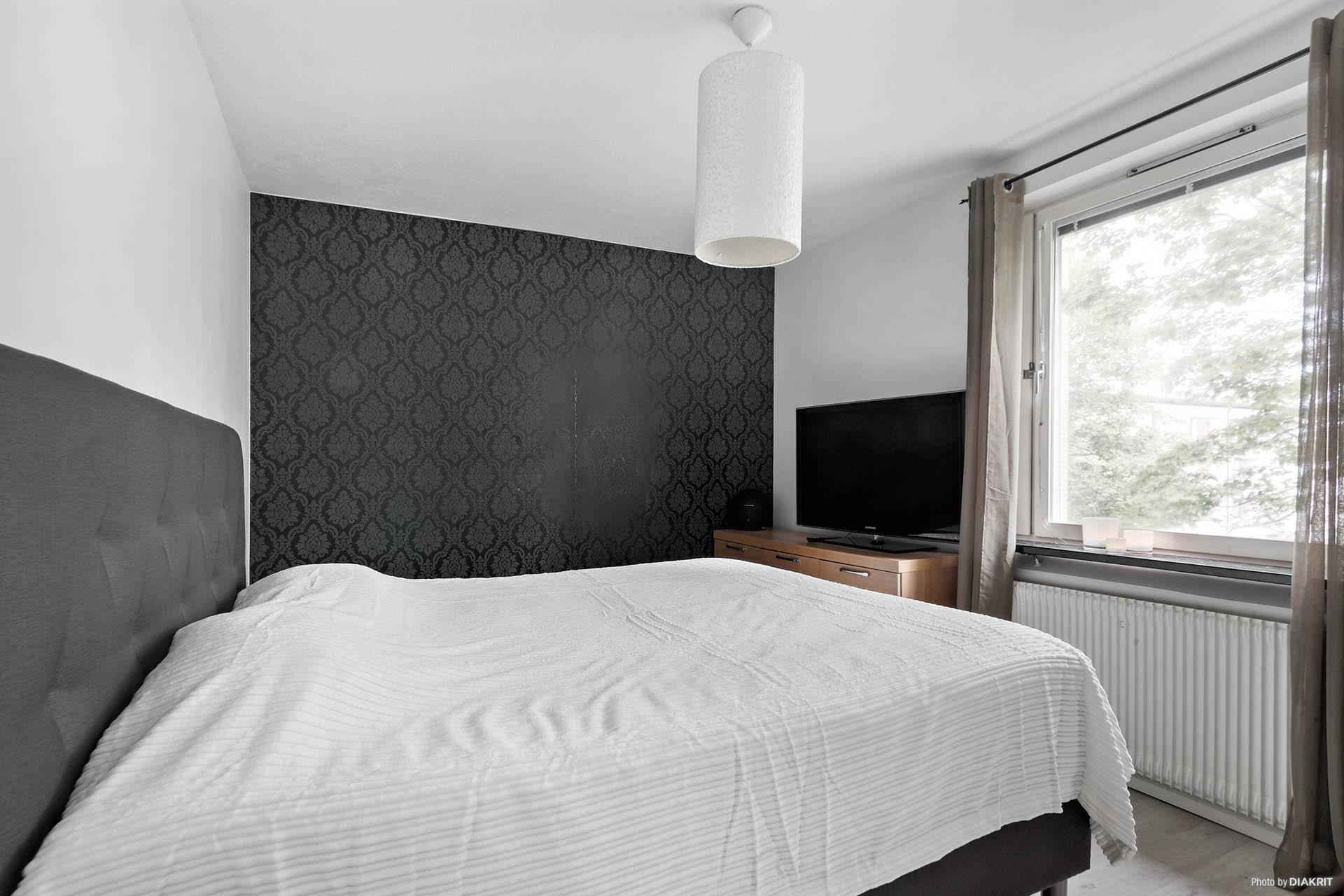Sovrum 2, med garderobsskåp. Belägen i privat del