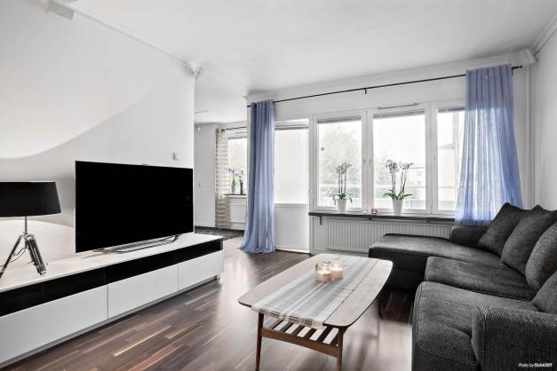 Ljust vardagsrum med härliga fönster