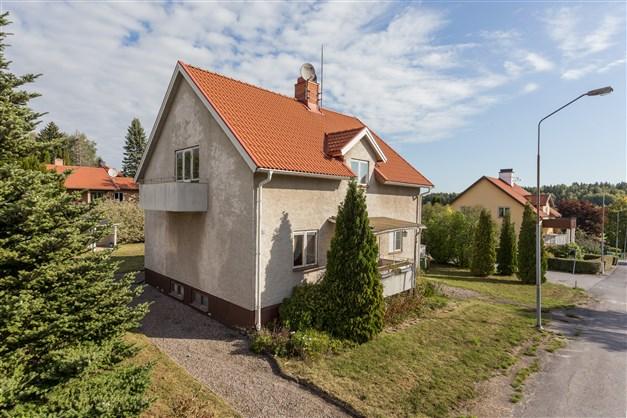 Villa på hörntomt med fin uppväxt trädgård.