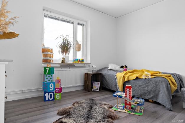 Sovrum intill vardagsrummet