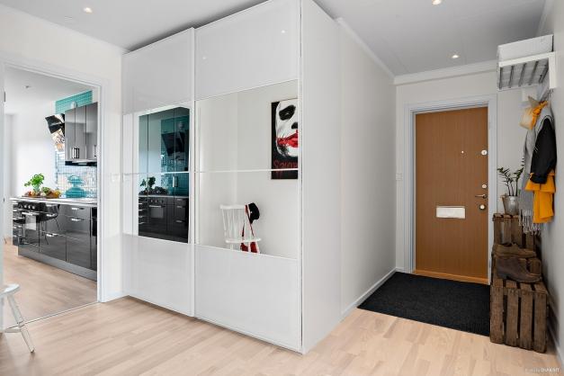 Hall med garderober bakom skjutdörrar