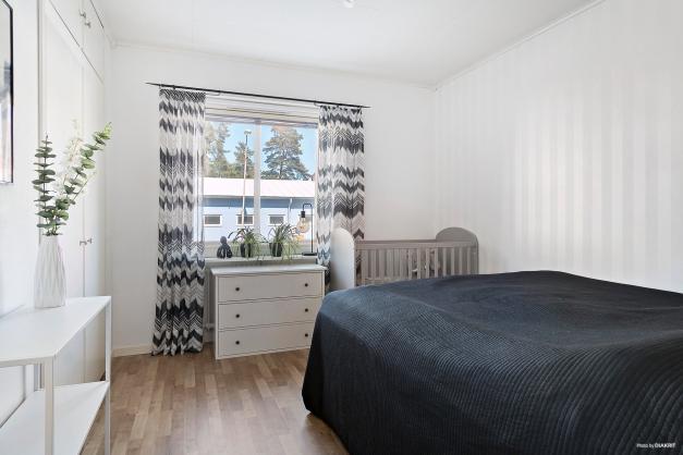 Inbyggda garderober med överskåp i sovrummet.