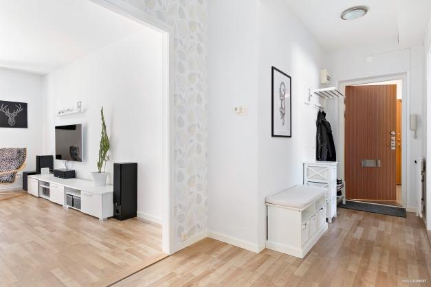 Genomgående golv i vardagsrum, hall och sovrum.