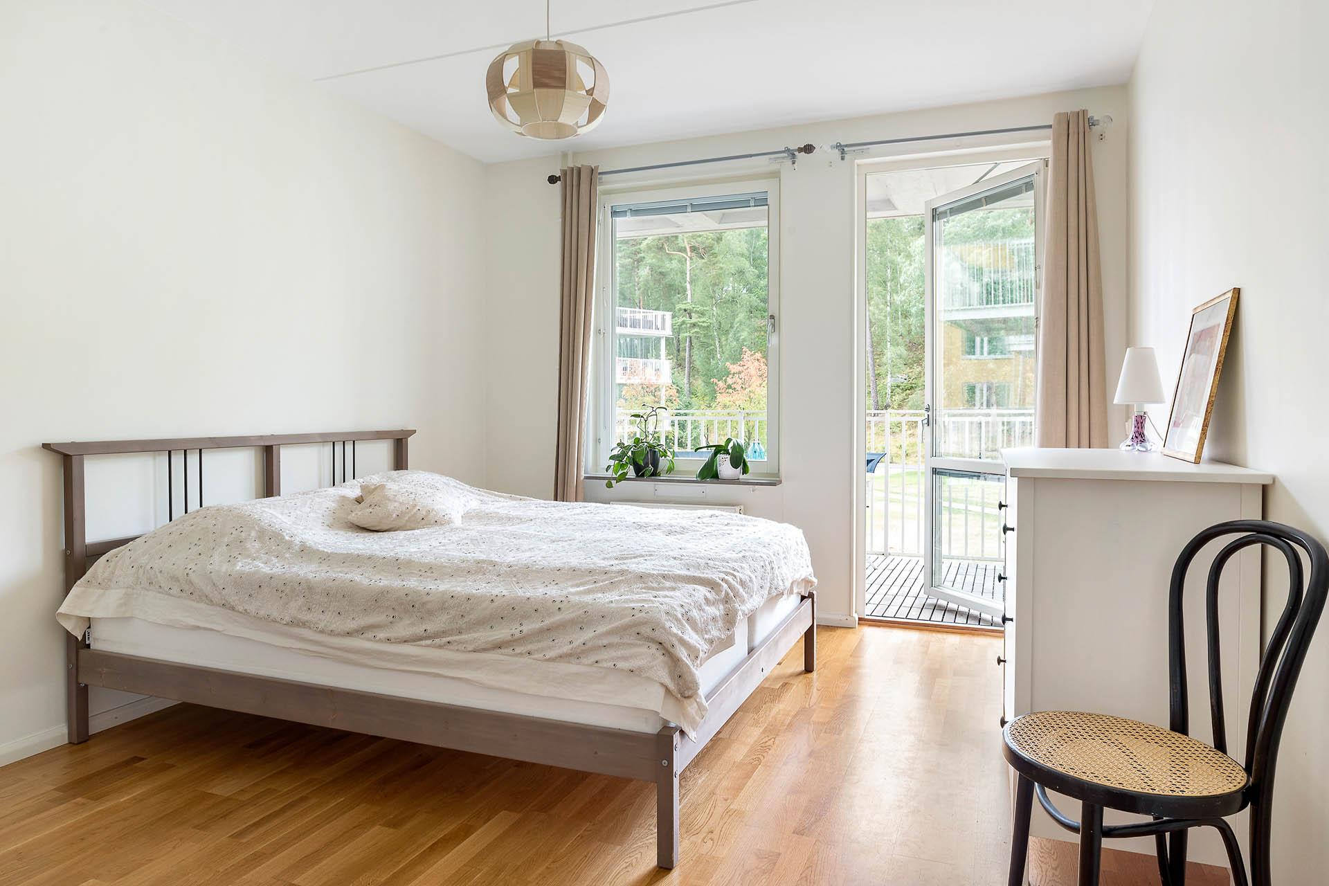 Sovrum Två - Master bedroom med utgång till den stora balkongen