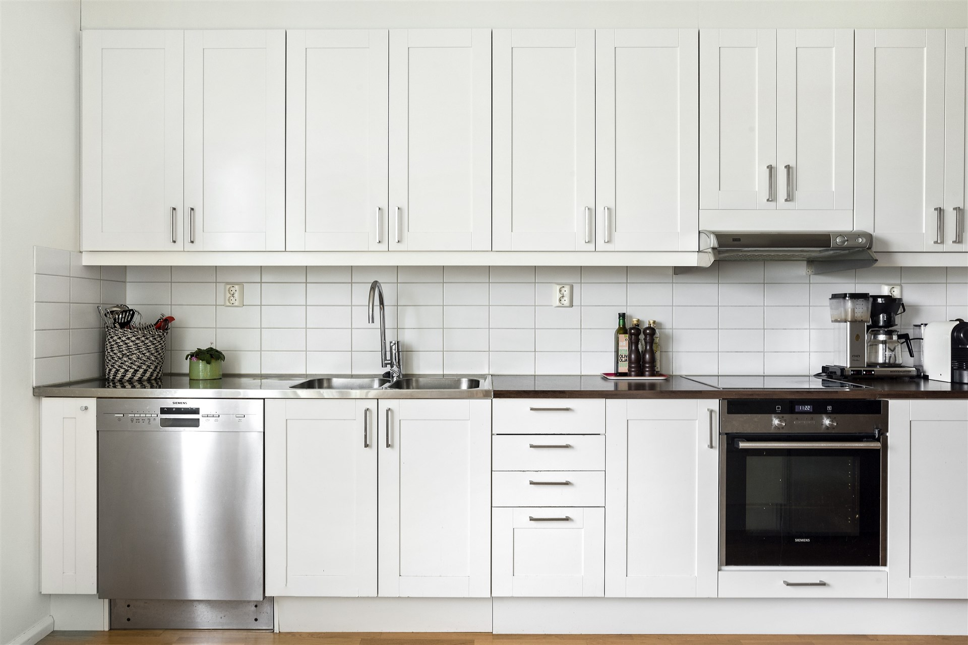Köket erbjuder gott om förvaring och arbetsytor