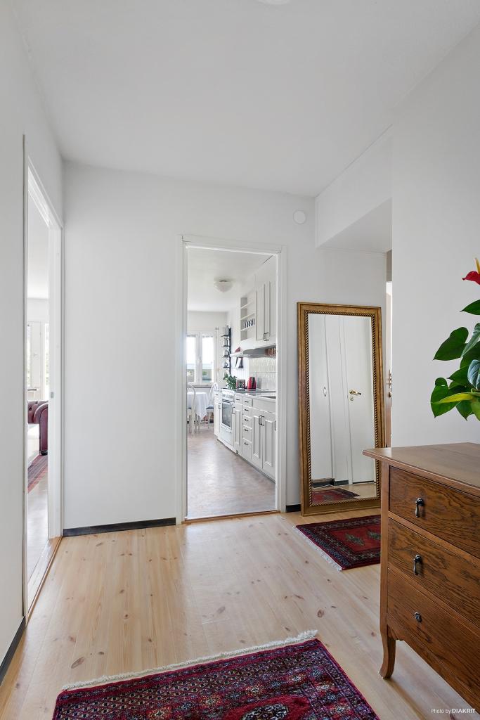 Rymlig möblerbar hall med vy in mot köket