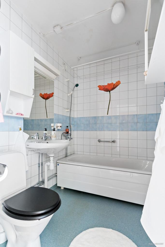 Fräscht badrum med badkar