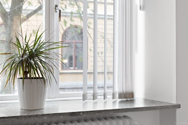 Alla fönster i bostaden har djupa fönsternischer och lamellgardiner