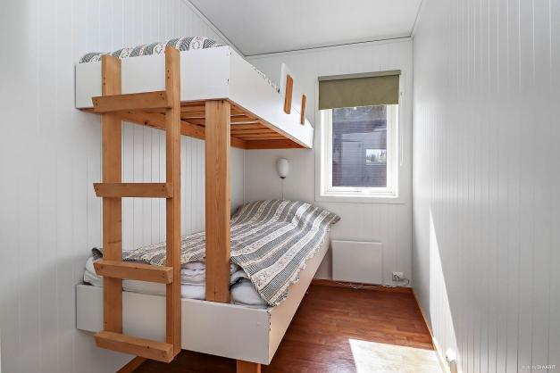 Det minsta sovrummet på vänster sida innan allrummet.