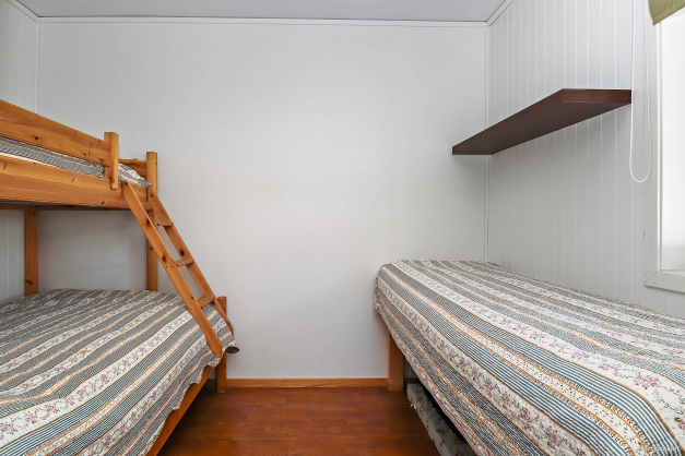 Ett något mindre sovrum direkt till höger i hallen.