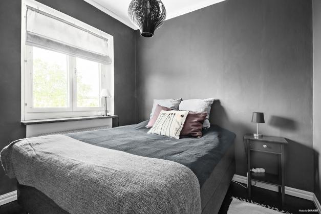 Sovrum med plats för större säng.