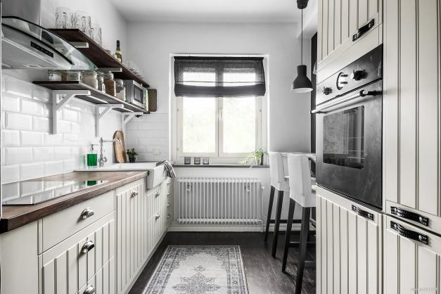 Köket har integrerad kyl/frys kombo.