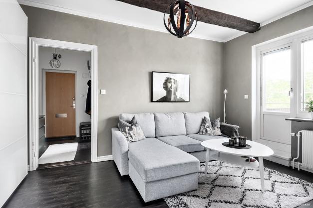 Vardagsrum med väggar målad med grå kalkfärg.