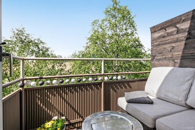 Underbar balkong upp bland trätopparna.