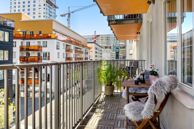 Mysig balkong med tidig morgonsol och sen kvällssol om sommaren