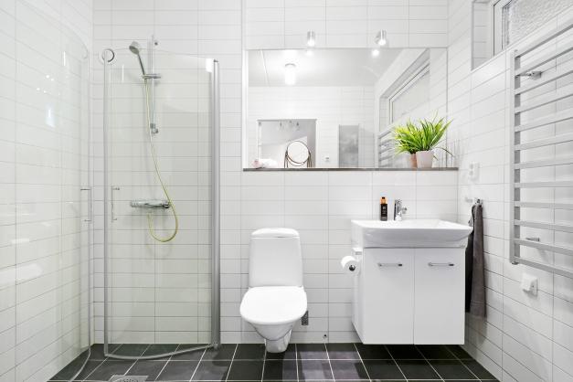 Ljust och modernt badrum