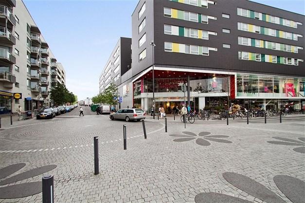 På promenadavstånd ligger tunnelbanan och Liljeholmens shoppinggalleria som är en av Stockholms största.