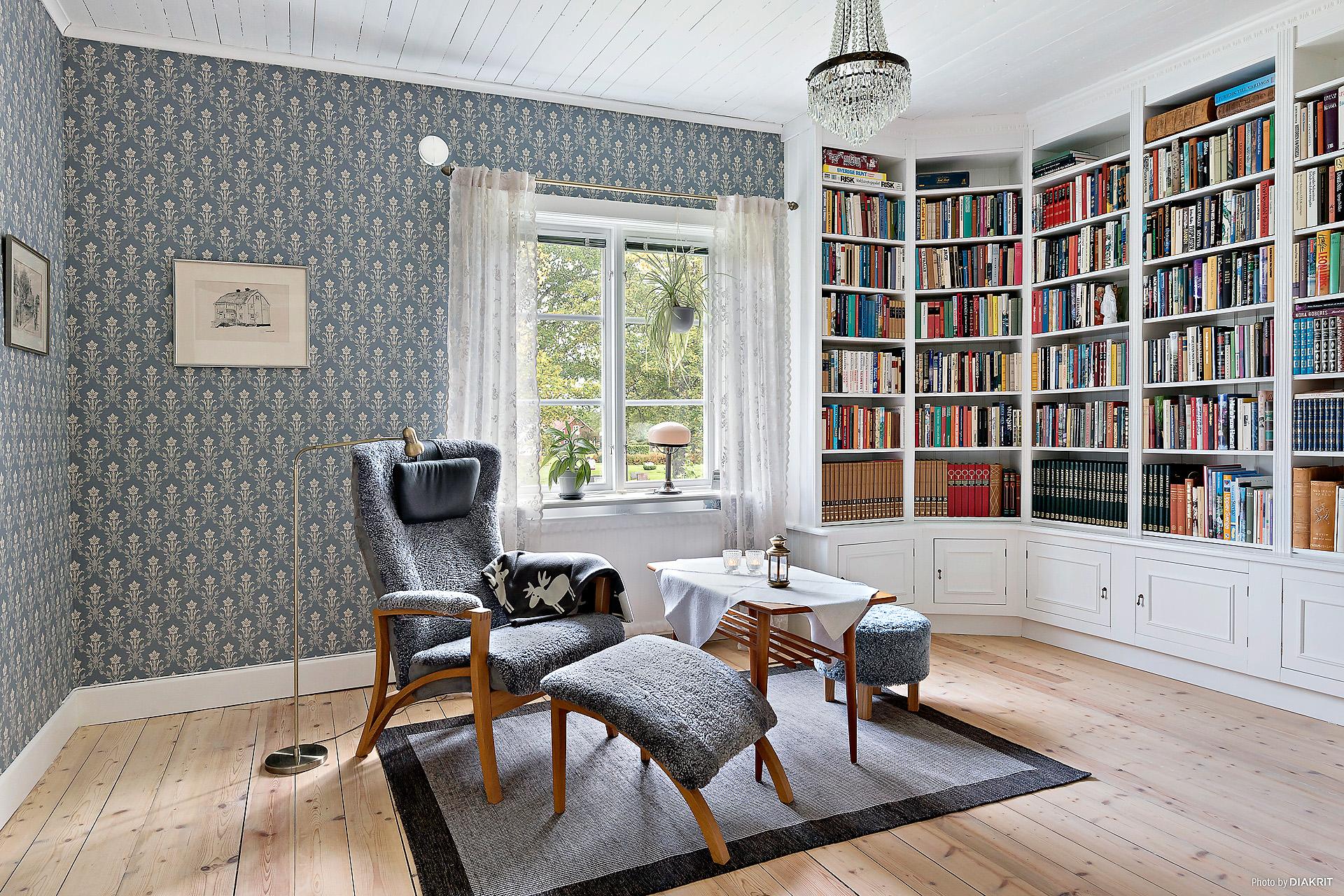 Det 3:e sovrummet på övre plan har platsbyggda bokhyllor. Även detta sovrum har klädkammare.