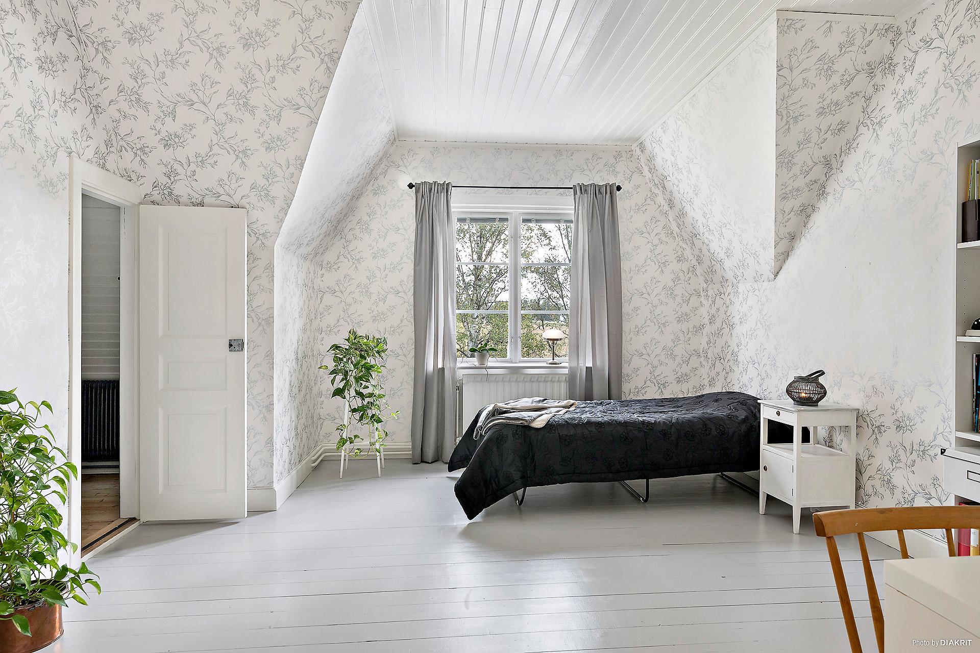 Vackert sovrum med ingång till stor klädkammare