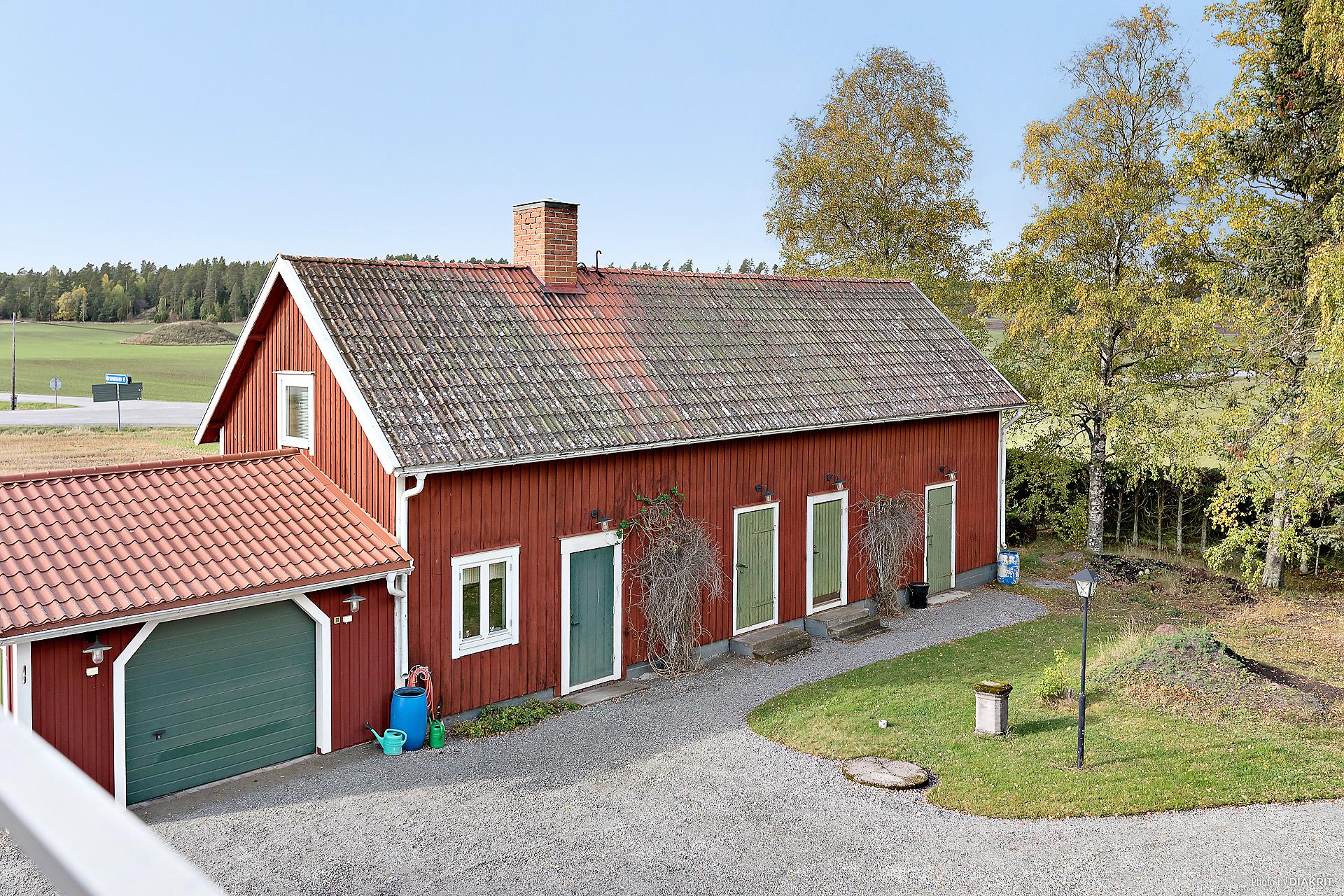Uthuslänga med garage, tvättstuga, vedbod/maskinförråd, redskapsskjul ( f d bagarstuga) samt loge och inrett rum på övre plan.