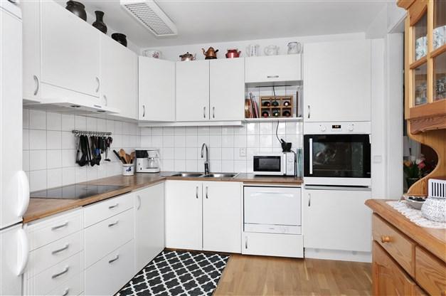 Kök med gott om utrymme i skåp och lådor