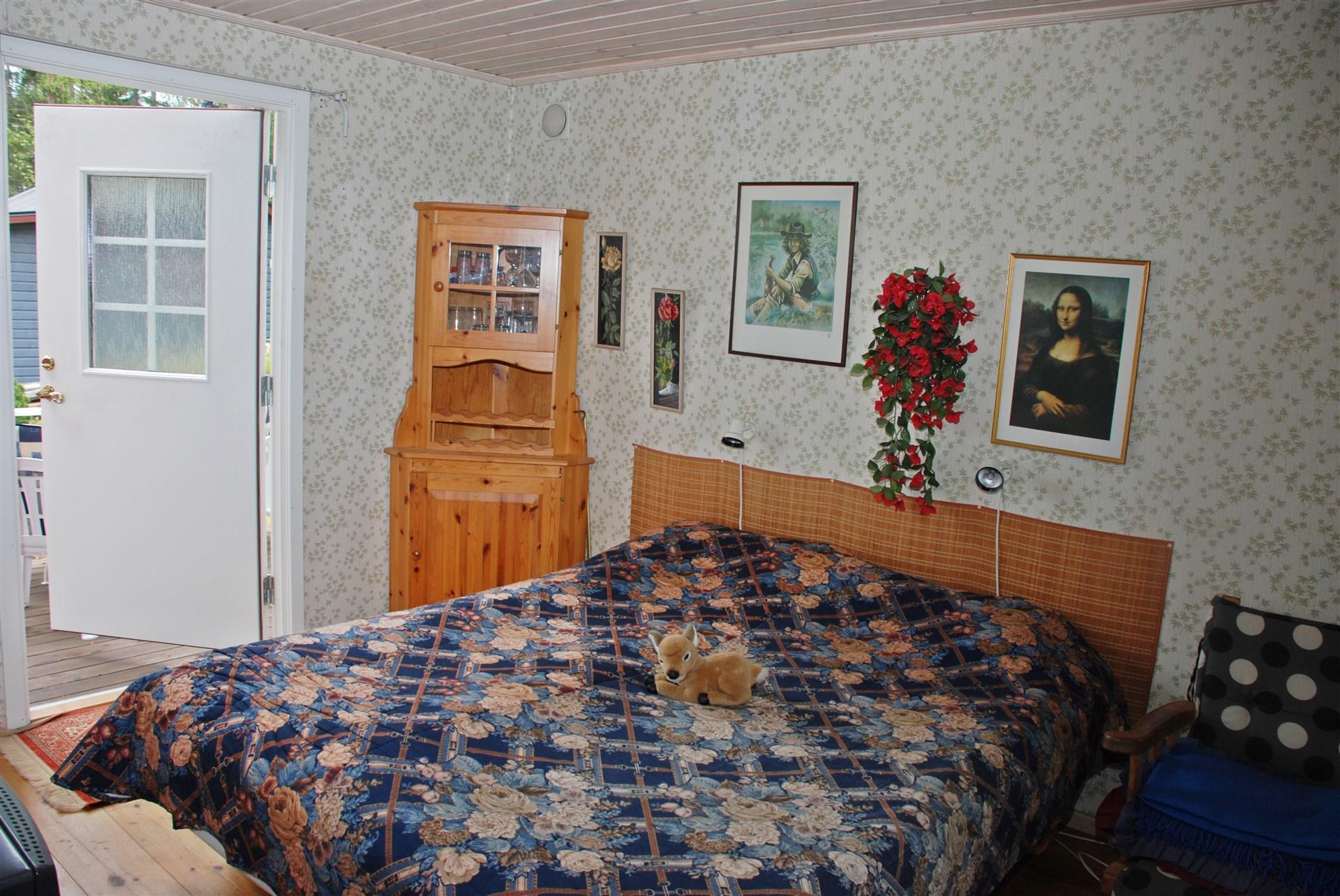 Sovrum med utgång till altan