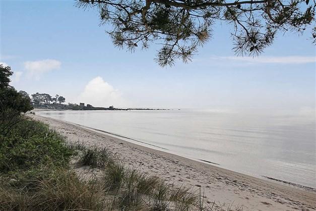 Milslång sandstrand en kort promenad eller cykeltur bort