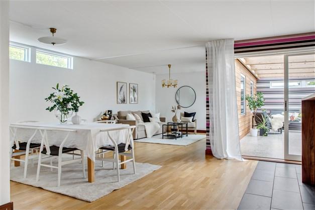 Ett stort Hajomparti från köket leder er ut till atriumgården och uteplatsen i sydvästläge.