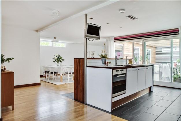 Fastighetens kök är stort och välplanerat med goda arbetsytor och barhäng. Det gör det möjligt för er att umgås med familj och gäster under tiden ni lagar mat.