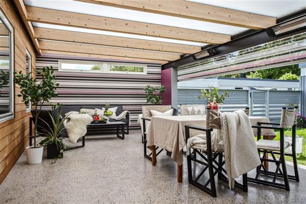 Taket i uterummet är inte enbart ett skydd mor regn och vind det skapar en trevlig miljö att vistas i. Infravärmen på altanen gör det möjligt för er att vistas här oavsett årstid. Den elektriska markisen som är inbyggd i uterummets tak skyddar mot bå