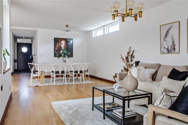 Från soffan i vardagsrummet har man mycket bra överblick över de sociala ytorna i bostaden.