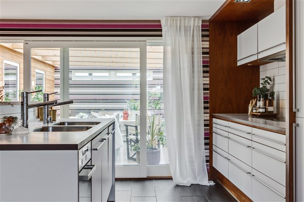 Den öppna planlösningen och många fönstren bidrar till att fastigheten badar i ljus oavsett årstid.