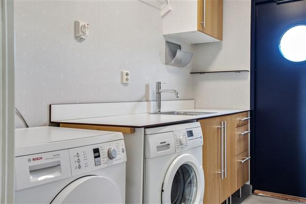 Mycket fräsch tvättstuga med groventré. Här finns tvättmaskin från Siemens, torktumlare från Bosch 2015. Klinker på golvet med golvvärme. Bänkskiva på vilken ni viker den nytvättade tvätten samt över och underskåp där ni förvarar tvättmedel mm.