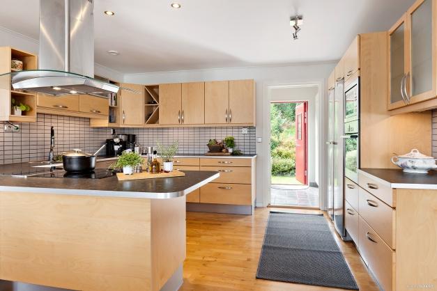 Kök med gott om förvaring och bänkytor