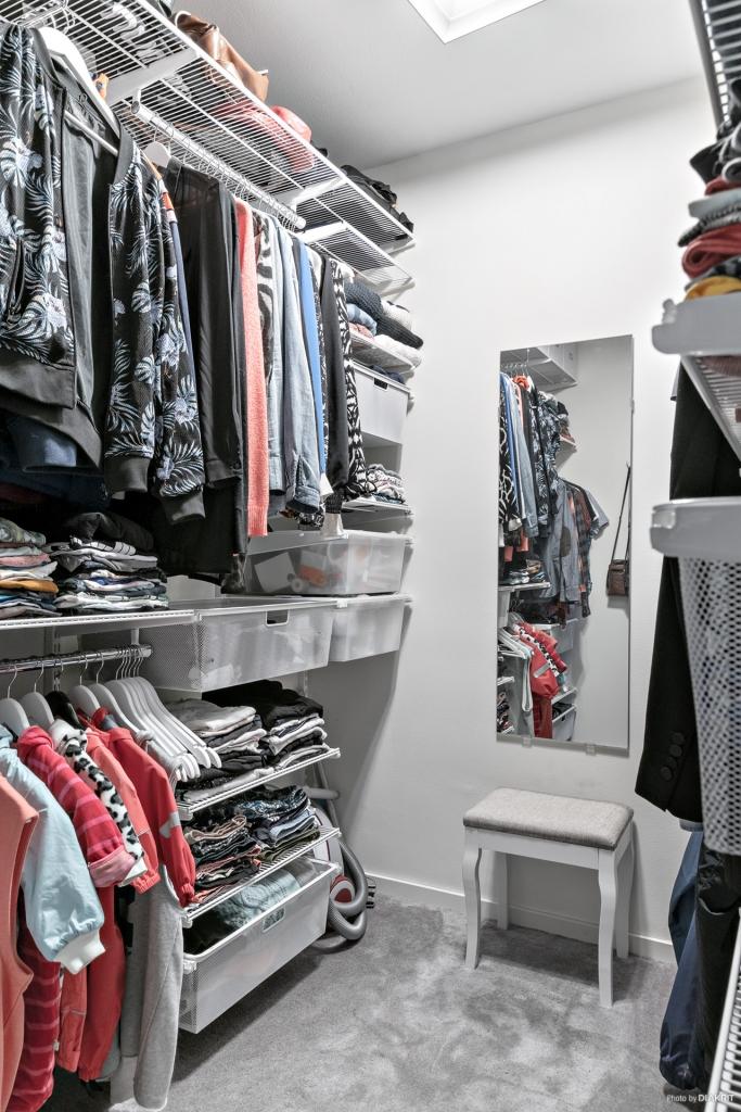 Walk-in-closet med bra förvaringssystem som enkelt kan byggas om.
