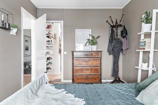 I sovrummet har du en stor walk-in-closet.