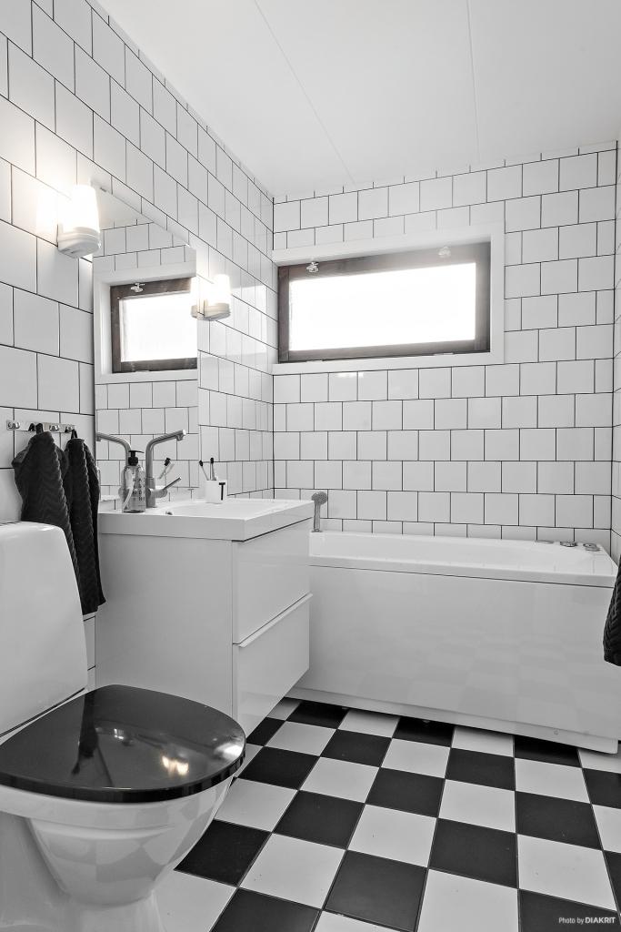Riktigt snyggt badrum med badkar, kakel och klinker i klassiska färgval! Renoverat 2015