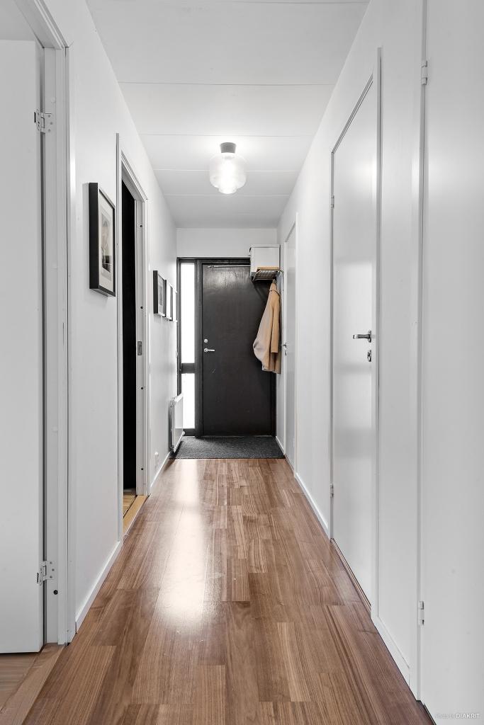 Hallen/groventrén mot sovrum och tvättstuga samt badrum