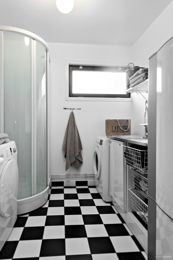 Tvättstugan med tvättmaskin, torktumlare, duschkabin och varmvattenberedare. Renoverades 2015