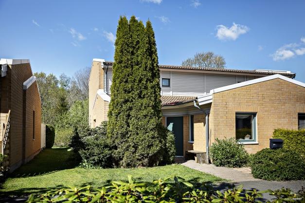 Villakänsla med naturen som granne - Välkomna till ett mysigt och välplanerat parhus i två plan i lugna och barnvänliga Hammerö.